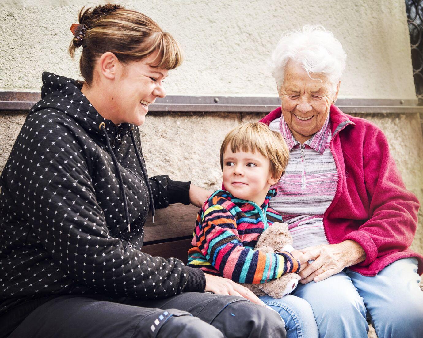 Grossmutter lässt sich von zwei Schwänzen beglücken